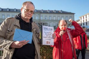 2019-12-12 Uebergabe-Hoecke-Petition-Wiesbaden by Philip-Eichler@Campact 017
